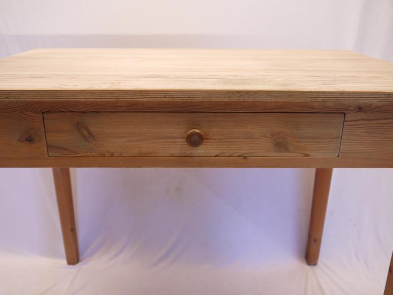 sch ner kleiner weichholz k chentisch mit einer. Black Bedroom Furniture Sets. Home Design Ideas