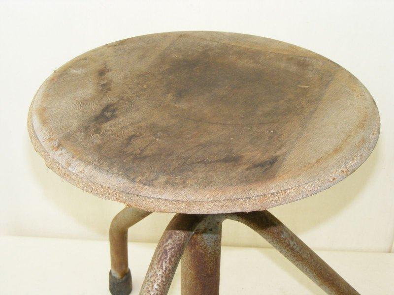 Vecchio sgabello da laboratorio design sgabello legno vintage